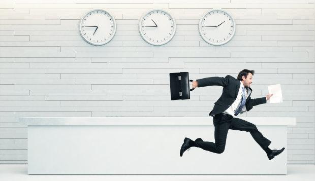 """Dân công sở tranh cãi nhiệt tình xem có nên """"rời văn phòng đúng giờ""""?"""
